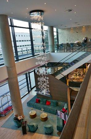 Hotelhalle mit Lasvit-Lichtinstallation