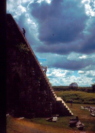 """Uxmal.  Piccolo sito maya.  Unica piramide """"rotonda"""" Uno dei piu' bei siti  di messico..il fatto che sia fuori dalla rotte del turismo di massa e' cosa buona."""