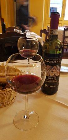 Очень вкусный стейк и вино.