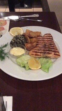 Lachsfilet mit Spinatreis und Kartoffeln nach griechischer Art.