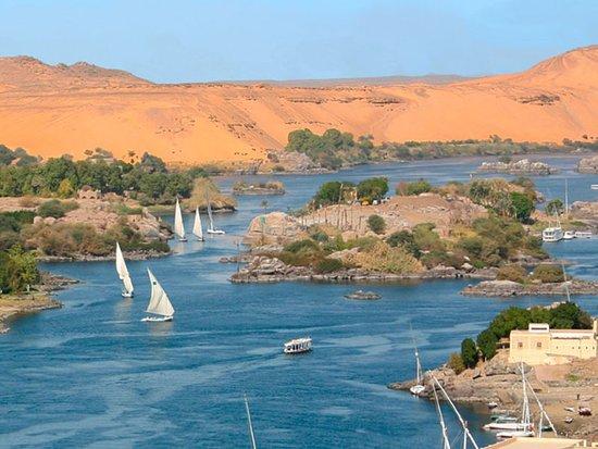 """Aswan Governorate, Egypt: Assuan  •Questa regione , era nota nell'antichita' , come la porta meridionale dell'egitto che forniva l'egitto con I beni dal Sudan e dai paesi africani , soprattutto l'incenso che si usava nei templi e nelle tombe , e gli oli aromatici e le pelli degli animali e l'avorio .Assuan e' famosissima delle Cataratte nel Nilo """" sono montagnette di Granito nel mezzo del Nilo"""