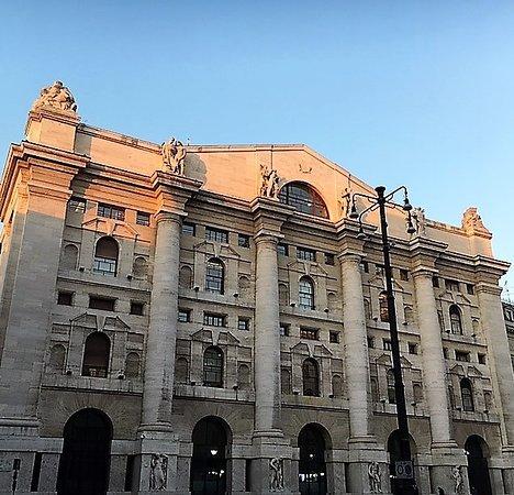Milano, Palazzo Mezzanotte: la facciata