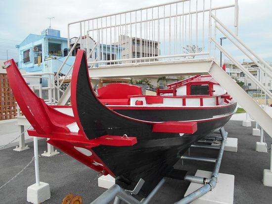 Yonabaru-cho, Japão: 御殿山親水公園に展示されていたドラゴンボート。しかし、首里城の御殿用となった材木の話とはほとんど無関係らしい。