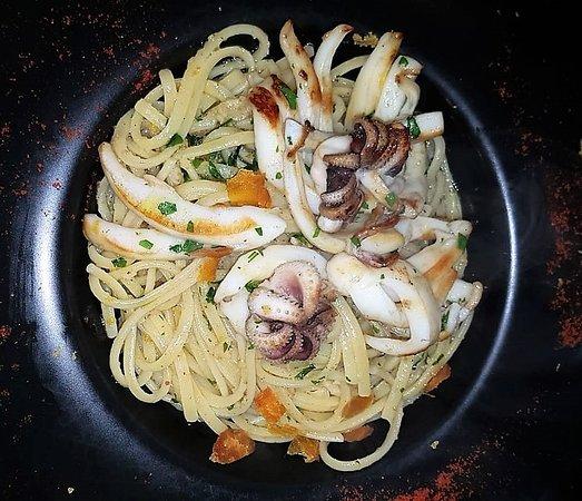 linguine, ail, huile de piment, poutargue et petites seiches
