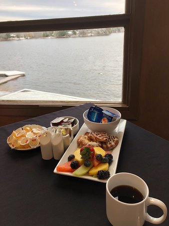 Severn Bridge, Kanada: View from Dining Room - and lovely fruit, yoghurt and danish tray.
