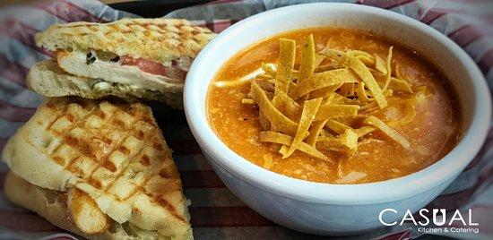 Casual Kitchen and Catering: Emparedado chicken pesto en pan ciabatta, acompañado de sopa de tortilla.
