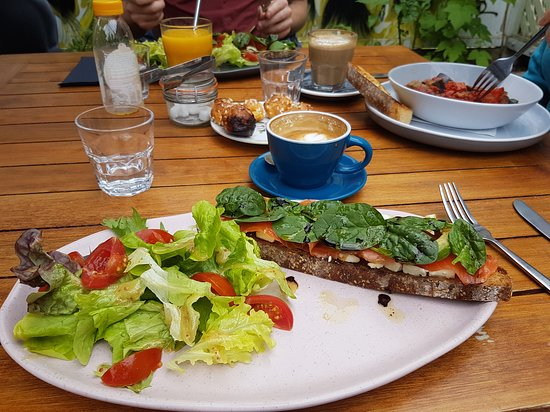 Eastbourne, New Zealand: Salmon, avocado and cream cheese open sandwich with salad.