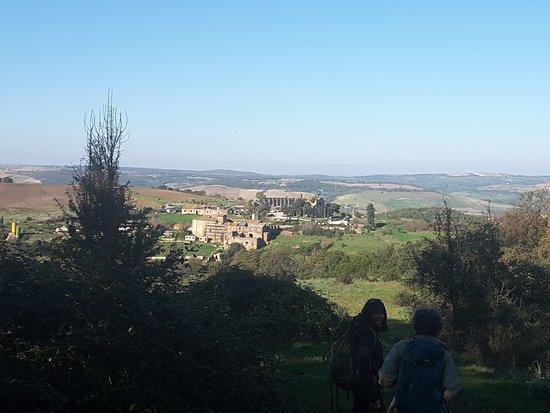 Allumiere, إيطاليا: Il borgo medievale e l'agriturismo visto dalla tenuta.
