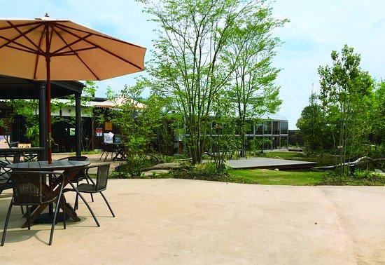 真庭市, 岡山県, 「日本の庭百選」にも選ばれた庭園を手がけた庭師「庭やサカモト」の坂本拓也氏がデザインした庭園。真庭の豊かな自然を象徴するような、たくさんの種類の樹木が植えられています。