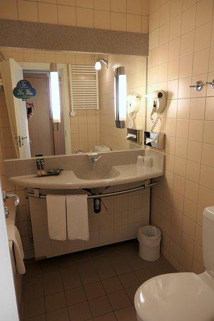 Ванная комната (слева сама ванна за шторкой)