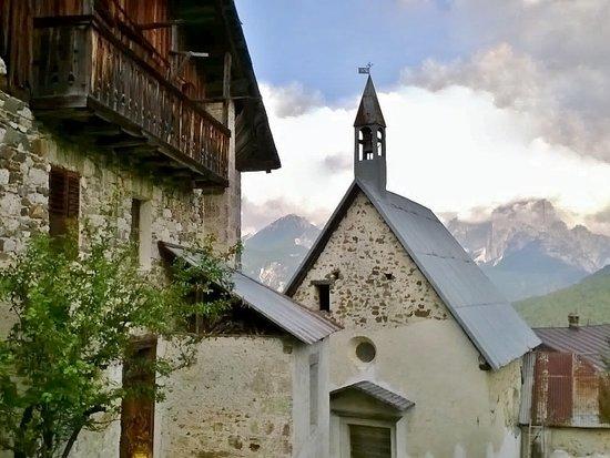 Val di Zoldo, Италия: La chiesetta tra le case