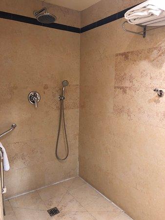Súper ducha, muy grande y cómoda