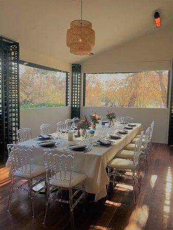 Véritable jardin d'hiver, ce salon privé accueille jusqu'à 30 convives aussi bien en table d'honneur qu'autour de tables rondes, offrant confort et vue tout au long de l'année.