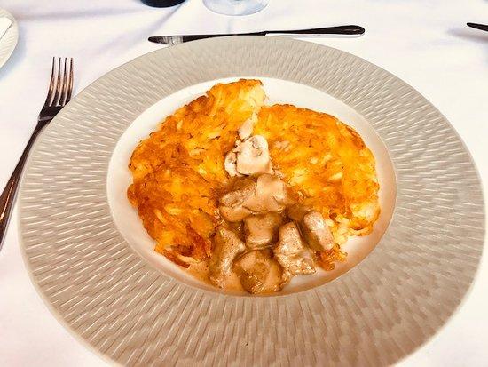 La Rôtisserie: Wunderschön wird die Rösti im Teller serviert. Dazu kommt separat das Fleisch in der Schale. Ein wahrer Genuss!