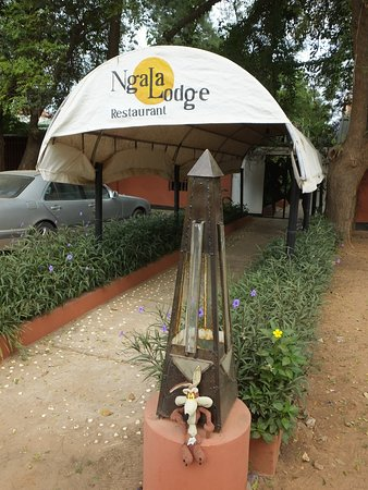 Ngala Lodge Restaurant: Wylie at the entrance to the restaurant
