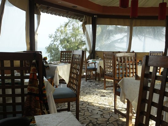 Ngala Lodge Restaurant: Restaurant (at Breakfast) - note screens due to the wind.