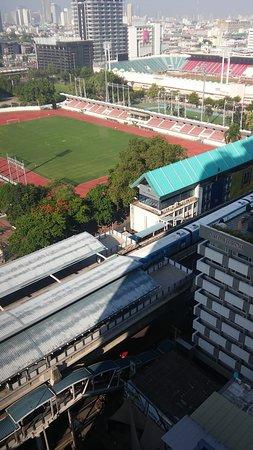 下に見えるのが、ナショナルスタジアム駅で、さらにその下に大通りがあります。