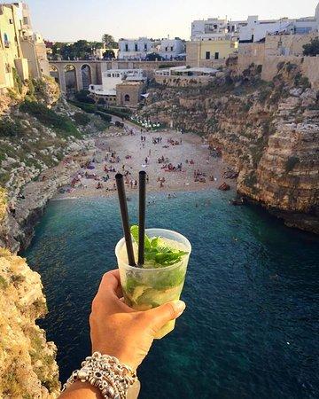 Brindo alla bellezza di Polignano a Mare, e dell'Italia affacciata sul mare...  #polignano #polignanoamare #italy