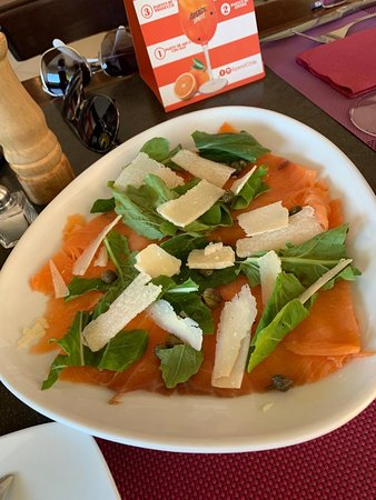 Carpaccio de salmón; muy bueno con láminas de salmón ahumado; quizás muy poco queso