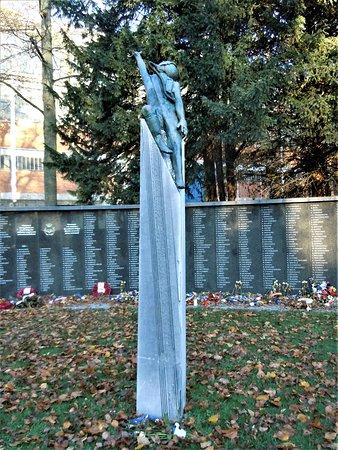 Monument D'Hommage Aux Aviateurs Tombes en Service