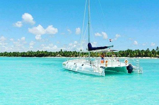 双体船和快艇的绍纳岛天堂