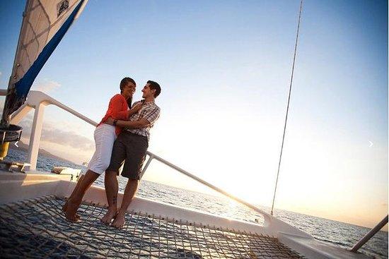 Viagem de vela romântica ao pôr do sol