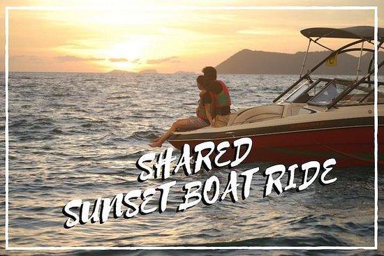 Paseo en barco al atardecer compartido