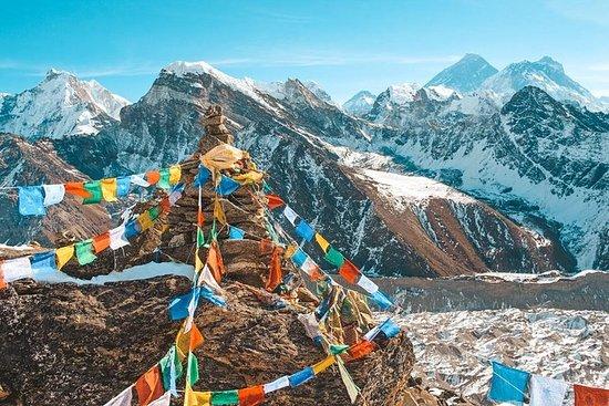 Camina por Nepal en un tour guiado de...