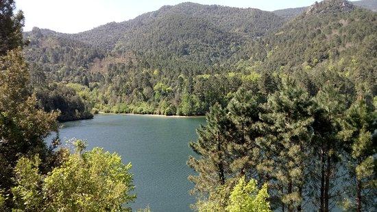 Porto-Vecchio, France: Le lac a toute sa place au milieu de ces montagnes, jonchée à 1000m d'altitude