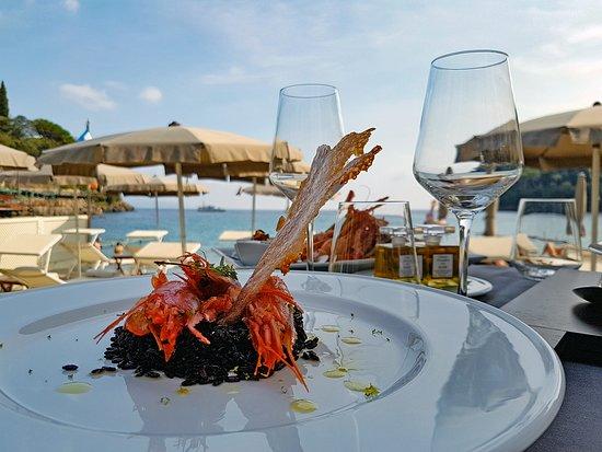 Параджи, Италия: Tavolo in spiaggia in riva al mare