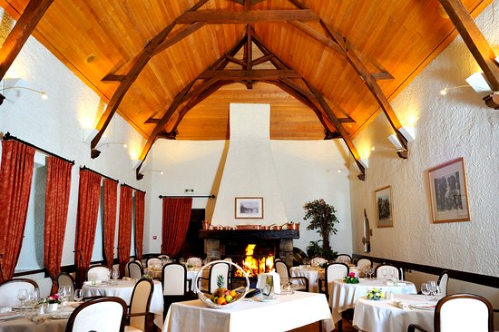 Mezangers, Francia: salle de restaurant avec cheminée
