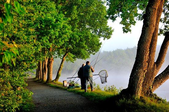 Mezangers, Francia: Pêcheurs dans la brume du matin
