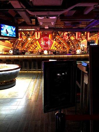 油尖旺地區一向比較多餐廳食肆,就連酒吧娛樂的地方都比較多。今日和她們一起到了尖沙咀的咕嚕咕嚕,有得玩,有得食,有得飲,輕鬆暢談幾小時。消遣消遣,就是這樣,哈哈。賣單連+1服務費$730。平均 $244一個人。