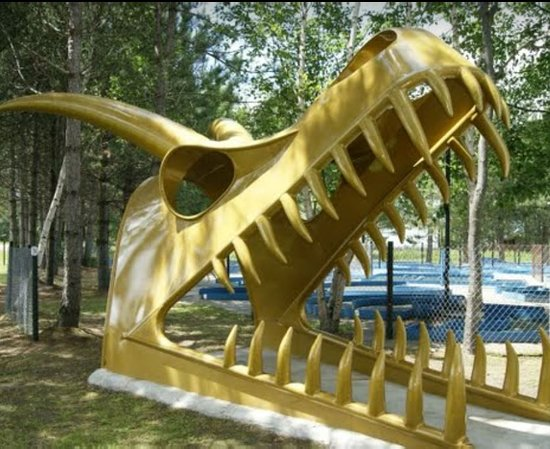 Садбери, Канада: dragon skull made of steel. copyright Josee Dinosaur valley Mini golf.