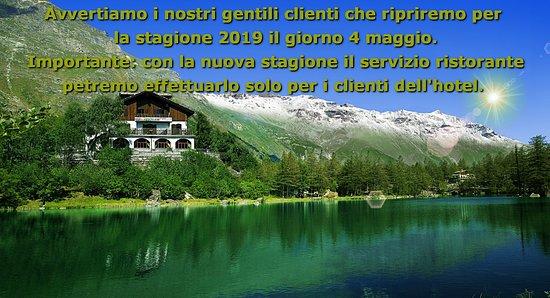 Moncenisio, Italie : Vista dello Chalet sul lago con avvertimento chiusura stagionale.