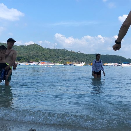 Khai Nok Island: Rocking  beach and full of dirty rock. I don't understand why people say it's a beautiful beach