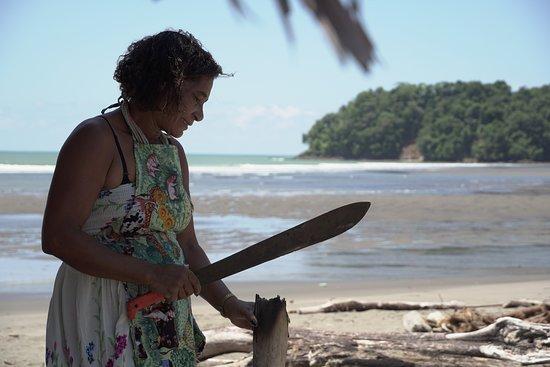 Jurubida, Колумбия: Ella es Zobeida, madre, abuela y una gran anfitriona. Zobeida vive en el centro de jurubirá y su porche es lo más parecido a la plaza del pueblo. Zobeida pianguera, explora el manglar en busca de pianguas, un molusco delicioso.