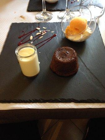 Roquebrun, Frankreich: Moelleux au chocolat avec sa crème anglaise et la glace et sa chantilly