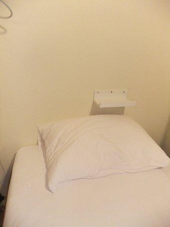Start Hostel: Metal shelf above bed?