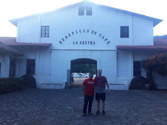 Una foto del Tour del Cafe en Finca la Azotea.  Nicolas Gray, acompañado de Fernando Garcia.  Mercadeo de Nomadas Tours.