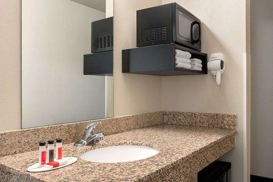 Glenwood, MN: Guest room bath