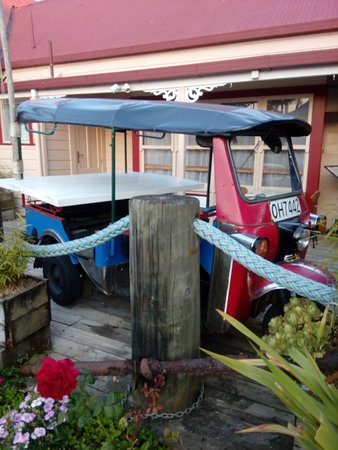 Tuk Tuk Bangkok Cafe: Tuk tuk outside gives the authentic touch