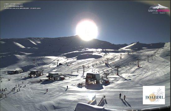 Otura, Spania: Buenos días !!!! así amanece en Sierra Nevada ,increíble día magníficas condiciones para esquiar ,tomar el primer contacto con la nieve o simplemente tomar el sol y disfrutar de la nieve . Ven a disfrutar de tu deporte preferido al mejor precio, no dejes pasar tu oportunidad y reserva ya tu estancia. #SierraNevada #alojamientoSierranevada #hotelSierranevada #esquierenGranada #forfaitsierranevada
