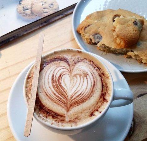 Cappuccino et maxi cookie USA chocolat noir et fleur de sel