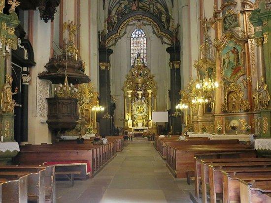 St. Mary's Church: 祭壇は金ぴか