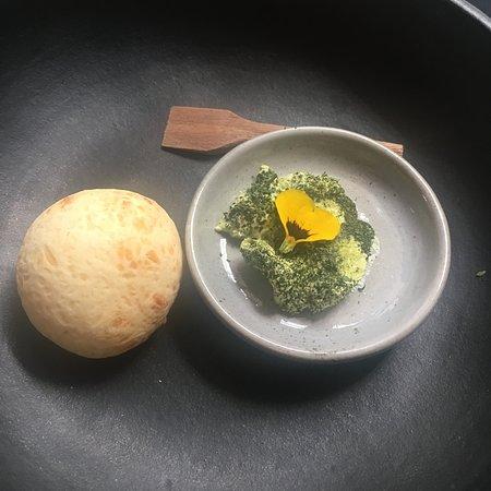 Pão de queijo com manteiga de ervas