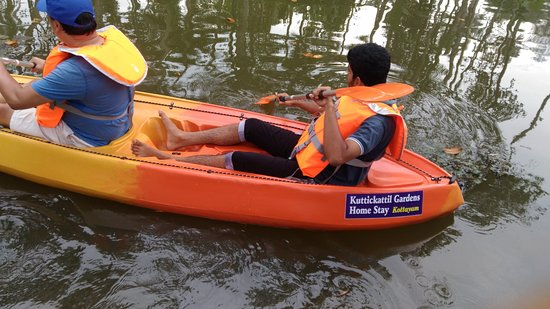 Kottayam, Indien: Enjoying Kayaking Tour At KUTTICKATTIL GARDENS HOME STAY !!!