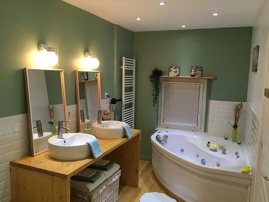Saint-Malon-sur-Mel, France: Salle de bain chambre Merlin, baignoire balnéo, douche, 2 lavabos, serviettes de  toilette, sèche-cheveux.
