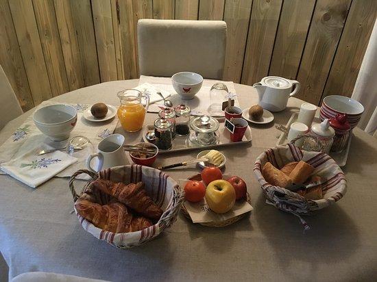 Saint-Malon-sur-Mel, France: Petit-déjeuner copieux.