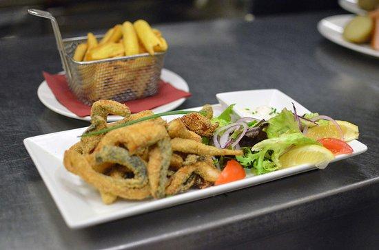 Goujonnettes de carpes frites, frites et salade verte
